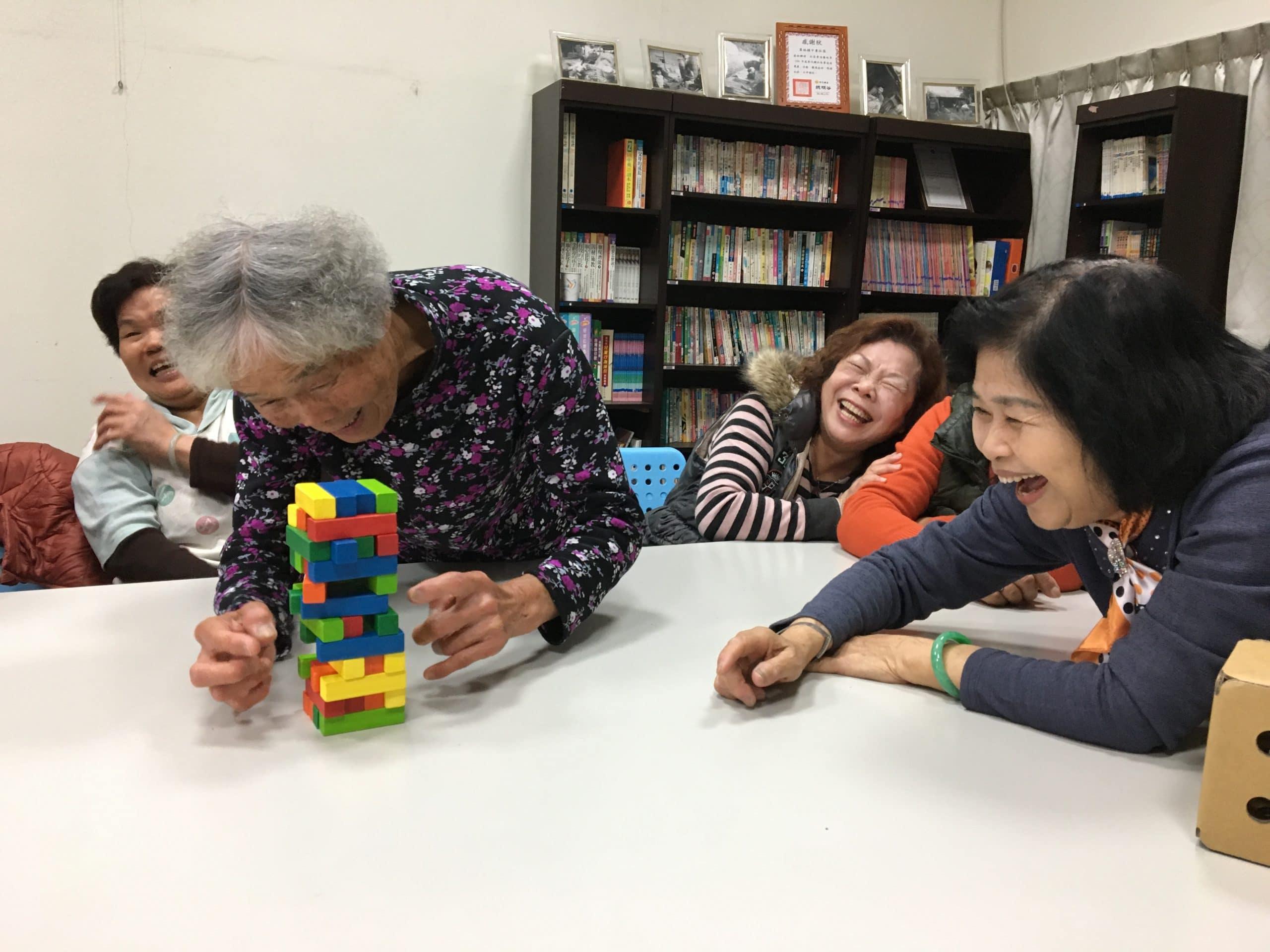 玩桌遊讓長輩開懷大笑吧
